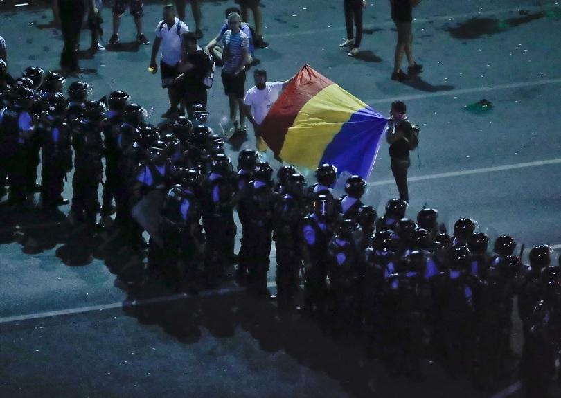 Стотици души са ранени в сблъсъци с полицията в Румъния,