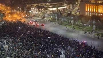 Румъния отбелязва националния си празник с военен парад и протести