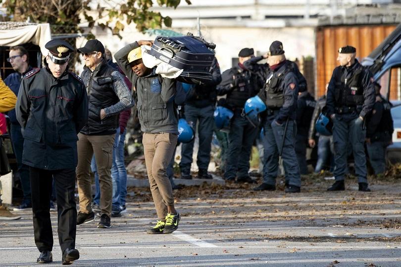 Властите разчистват голям мигрантски лагер в Рим, а италианският вътрешен
