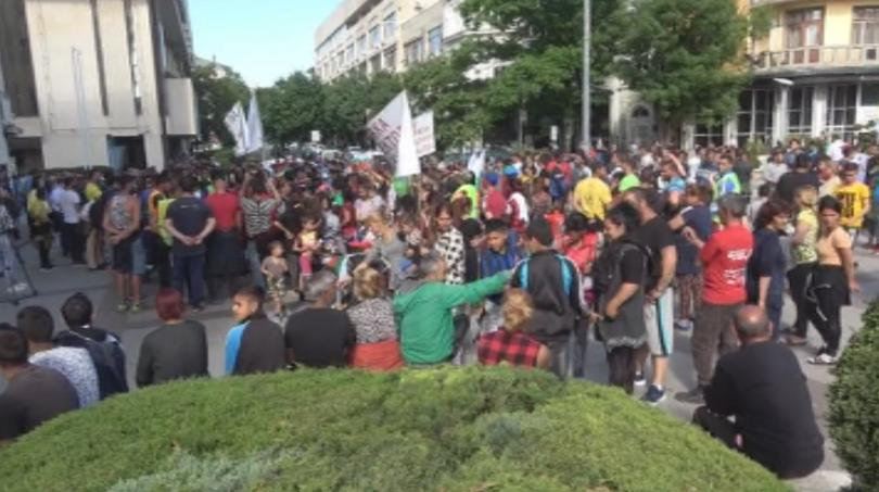 Роми се събраха на протест пред община Бургас заради спряната