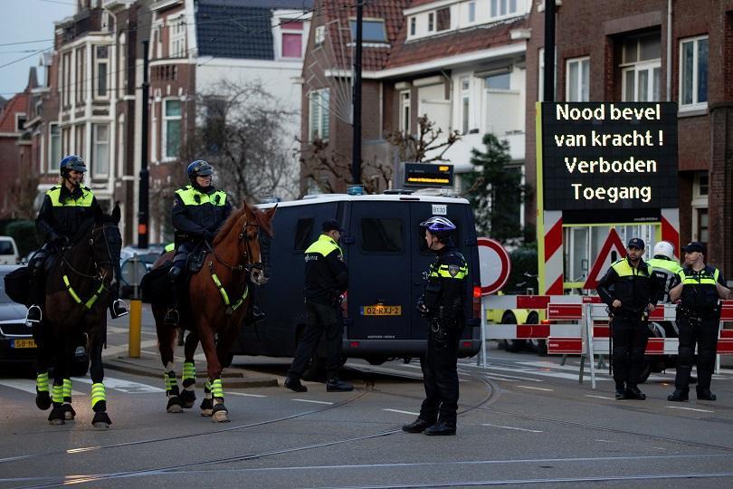 холандската полиция спря автомобил турския социален министър