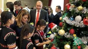Деца от Българската Коледа заедно с президента украсиха елхата на Дондуков 2