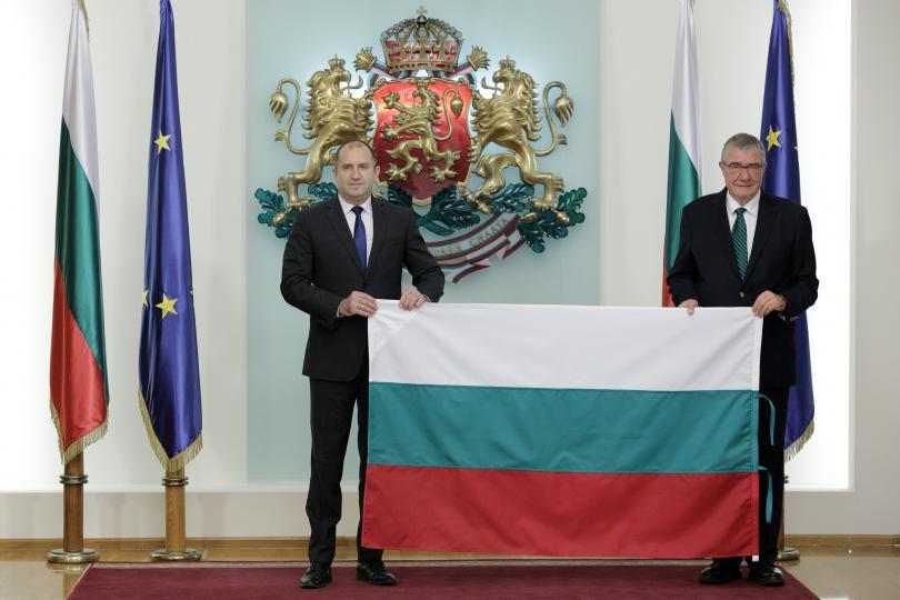 снимка 1 Президентът връчи националното знаме на 27-та българска Антарктическа експедиция