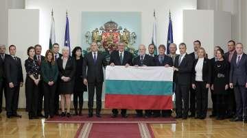 Президентът връчи националния флаг на 27-та българска Антарктическа експедиция