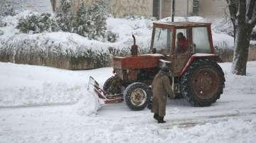 Затворени пътища и селища без ток в Северна България