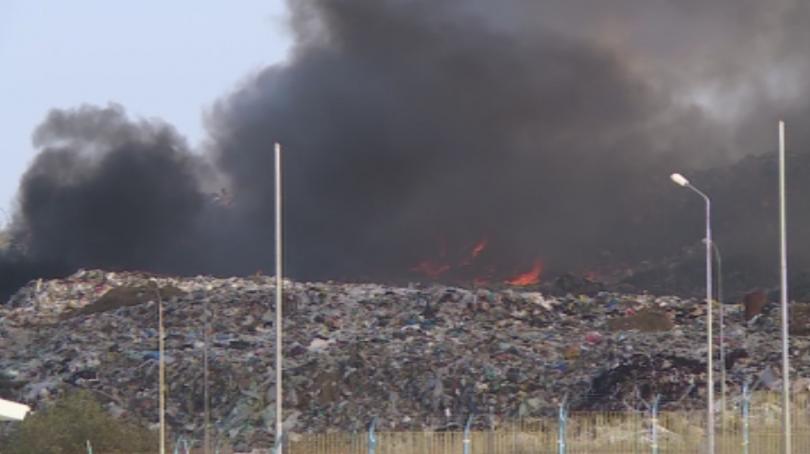 Близо 24 часа продължава гасенето на пожара в русенското депо
