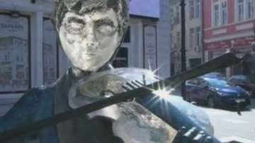Статуята на цигуларчето в Русе отново си има лък