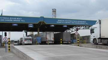 Огромни опашки на Дунав мост заради срив в системата за товарни автомобили