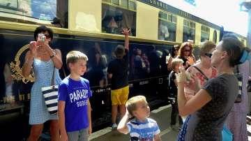 Десетки посрещнаха легендарния влак Ориент Експрес на гарата в Русе