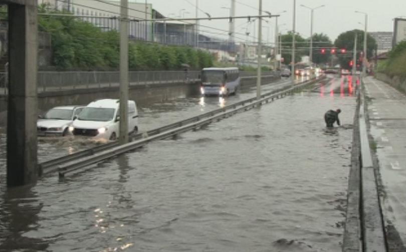 Наводнени улици, паднали клони, запушени шахти след поройния дъжд, излял