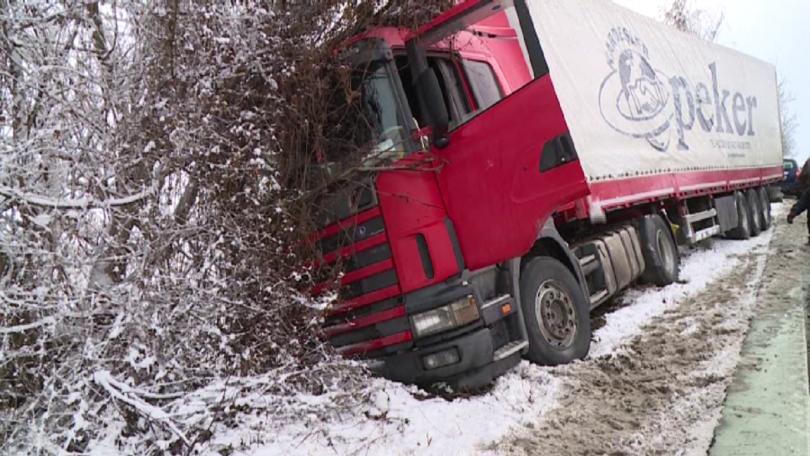 Падналият сняг в сутрешните часове предизвика хаос по пътищата в