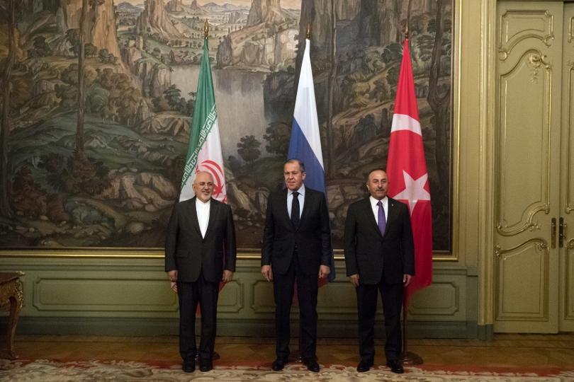 От ляво на дясно: Джавад Зариф, външен министър на Иран, Сергей Лавров, външен министър на Русия, Мевлют Чавушоглу, външен министър на Турция