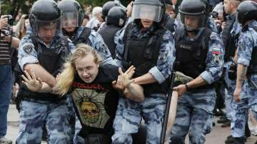 Стотици души бяха задържани по време на неразрешен протест в Русия