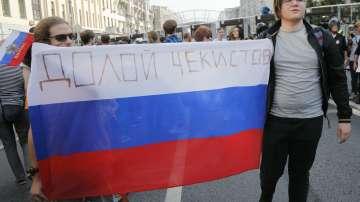 Ден на избори и протести в Русия