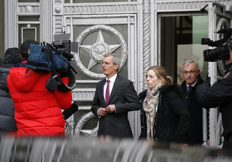 Британският посланик в Русия Лари Бристоу на излизане от сградата на Въшно министерство в руската столица