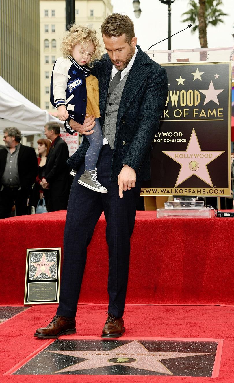 снимка 2 Актьорът Райън Рейнолдс със звезда на Алеята на славата в Холивуд (СНИМКИ)