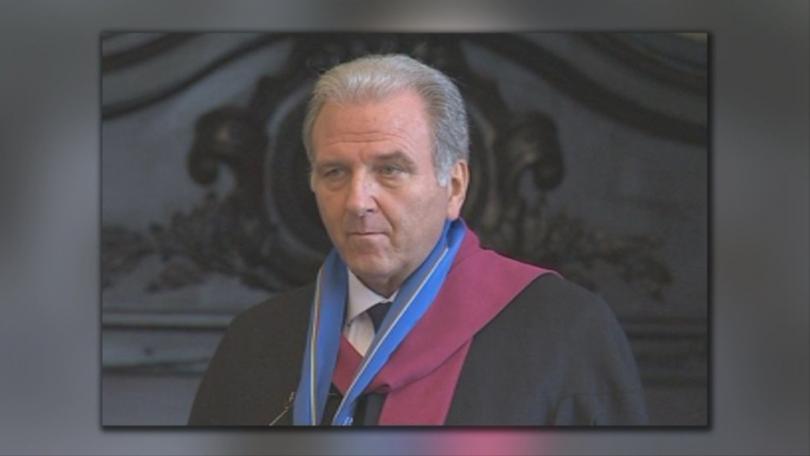 Джузепе Консоло става преподавател по право, а след това дори политик
