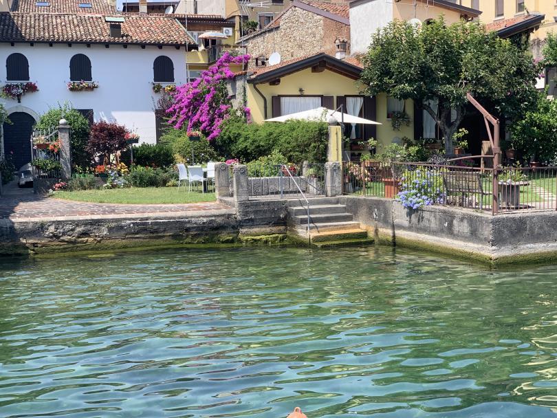 Градчето Сало се намира на езерото Гарда, в северна Италия.