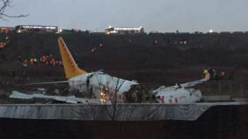 Турски самолет се разцепи на три при кацане