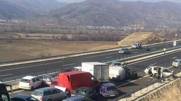 АМ Струма в посока София все още е затворена заради верижната катастрофа
