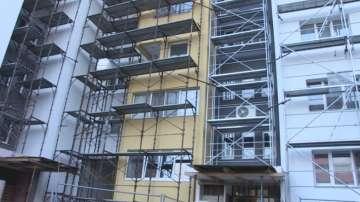 Община Карнобат ще покрива дефекти заради незавършено саниране на сграда
