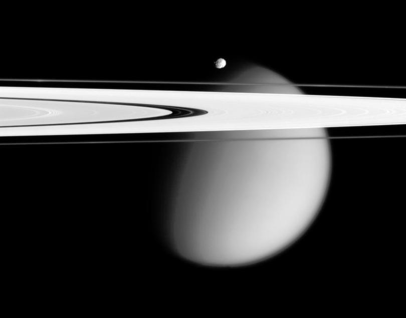 На снимка от Касини, Земята е като светла точица между пръстените на Сатурн