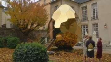 Сауна във вид на златно яйце удивлява парижаните в студените дни