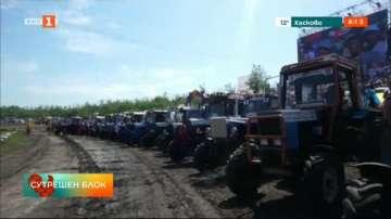 Зрелищно състезание с трактори в Русия