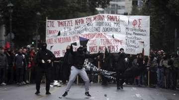 Анархисти предизвикаха сблъсъци в Атина по време на ежегодно шествие