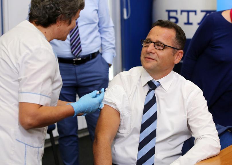 Д-р Скендер Сила - ръководител на офиса на СЗО за България се ваксинира след пресконференцията