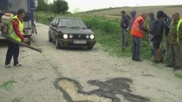 Жители на две села ремонтират пътя Враца - Плевен със свои средства