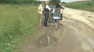 В Северозапада: Жители на две села ремонтират сами дупките по републиканския път
