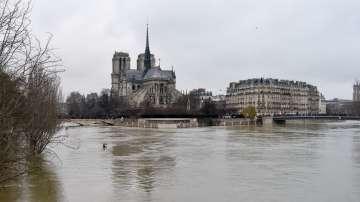 Нивото на река Сена достигна пикови нива тази нощ