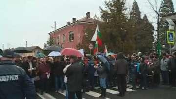 Протест в защита на кмета на Септември блокира пътя край града