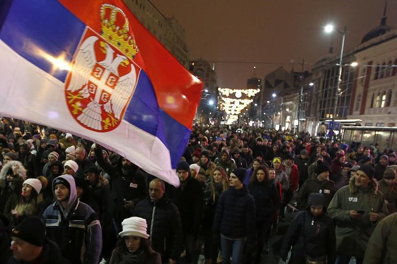 Хиляди сърби се събраха тази вечер на шествие в центъра