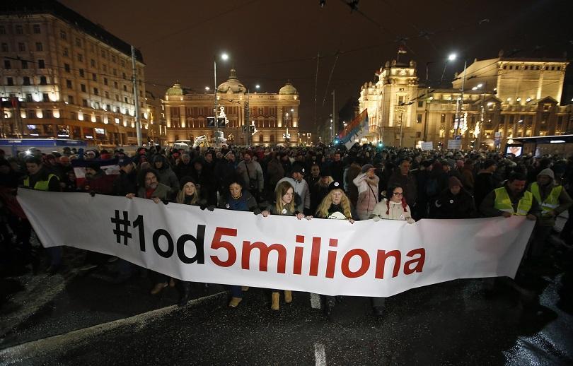 Нощ на протести в Сърбия, където шеста поредна седмица продължават