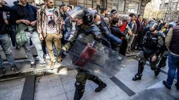 Напрежение в Белград: Президентът Вучич под обсада