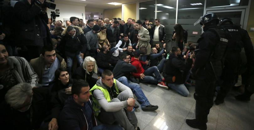 снимка 1 Напрежение в Белград: Президентът Вучич под обсада
