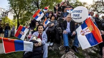 Хиляди привърженици на Александър Вучич се събират в Белград