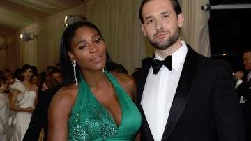 Серина Уилямс позира с годеника си с рокля на Версаче