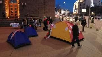 Медицинските сестри разпънаха палатков лагер пред МС, очакват среща с премиера