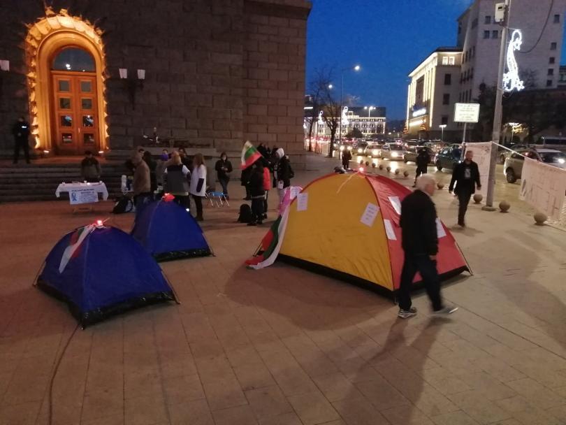 Палатков лагер пред Министерския съвет (МС) разпънаха протестиращите медицински сестри.