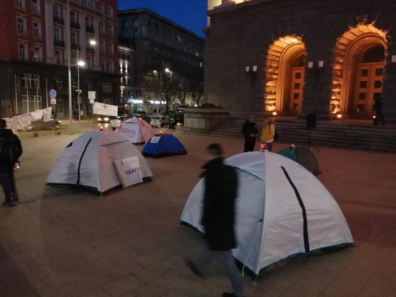 снимка 1 Медицинските сестри разпънаха палатков лагер пред МС, очакват среща с премиера