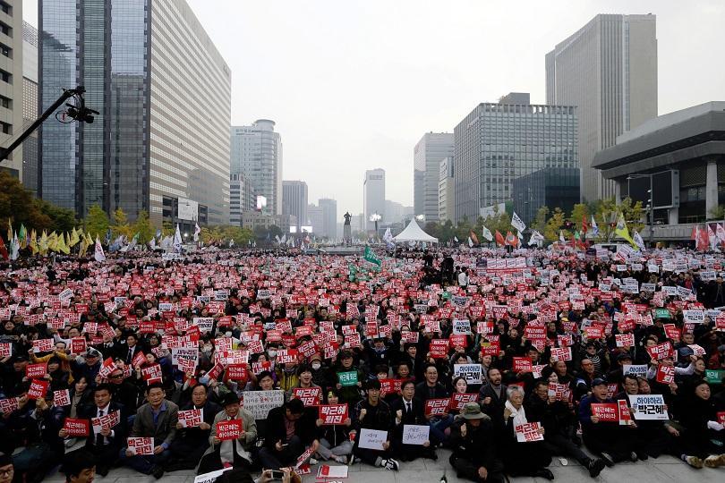 масов протест сеул искане оставката президента