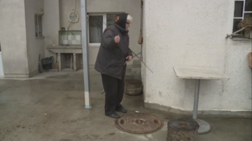 Запушена канализационна шахта след ремонт на улица във Варна