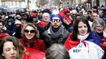 Първи демонстрации на Червените шалове в Париж
