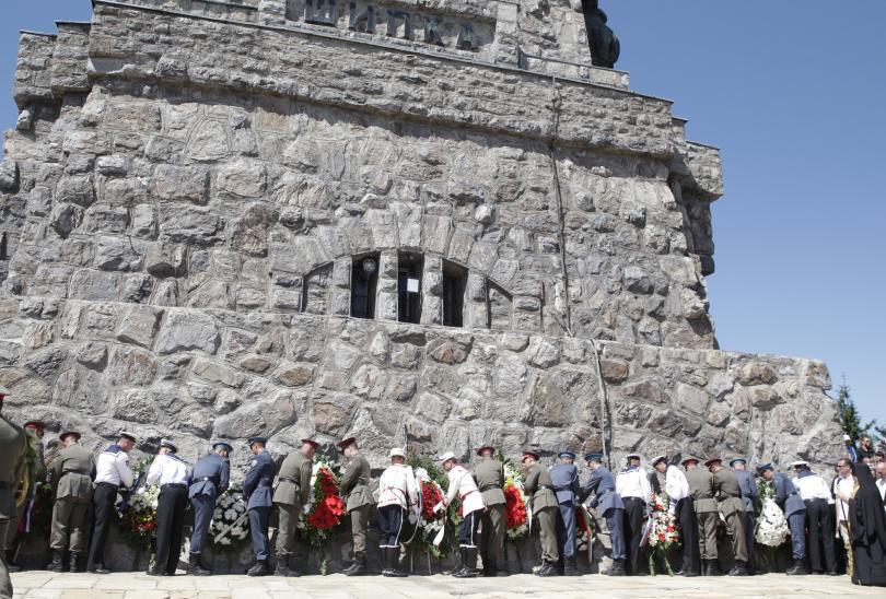 снимка 6 Стотици почетоха паметта на загиналите при боевете на връх Шипка