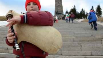 Хиляди се изкачиха на връх Шипка за Националния празник