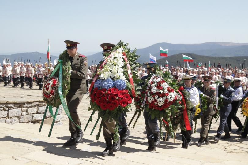 снимка 9 Стотици почетоха паметта на загиналите при боевете на връх Шипка