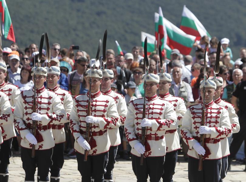 снимка 8 Стотици почетоха паметта на загиналите при боевете на връх Шипка